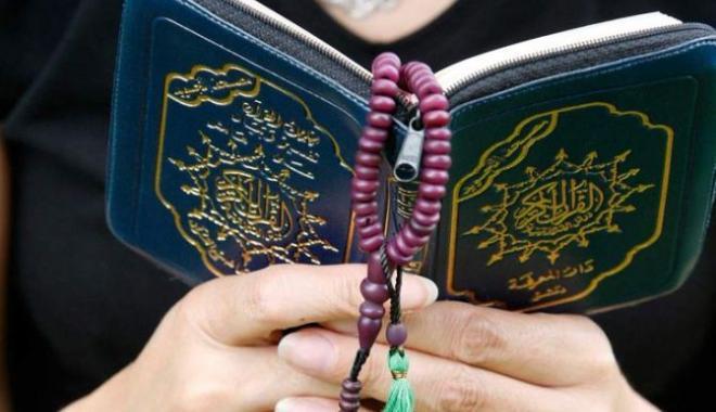 صورة هل يجوز قراءة القران بدون حجاب , افضل الاراء فى قراءة القران بدون حجاب